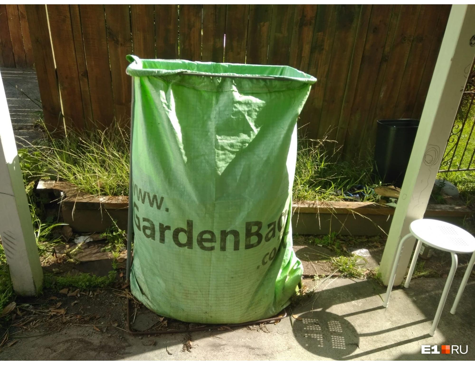 Некоторые отходы складывают в специальные зеленые пакеты