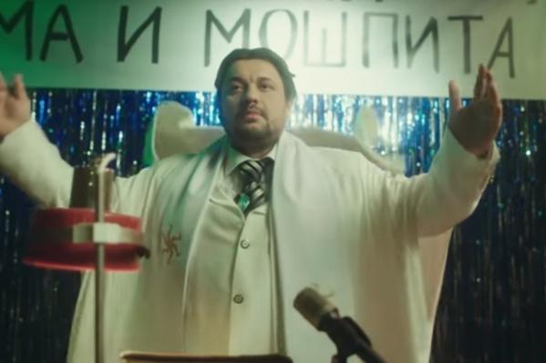 По сюжету клипа, лидера группы «Руки вверх» Сергея Жукова задержали силовики