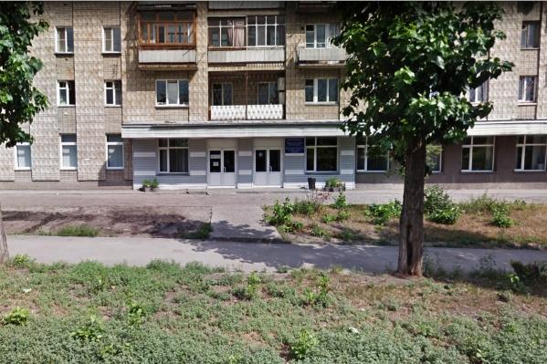 Жительница ОбьГЭСа пригрозила врачу ножом и забрала у него 200 рублей