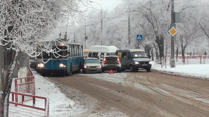 «Не смог объехать»: в Волгограде тройная авария с троллейбусом затруднила движение