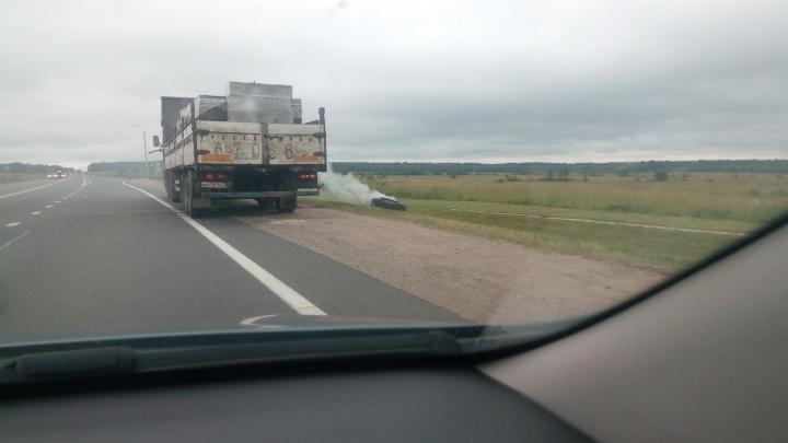 На трассе под Ярославлем у грузовика взорвалось колесо во время движения