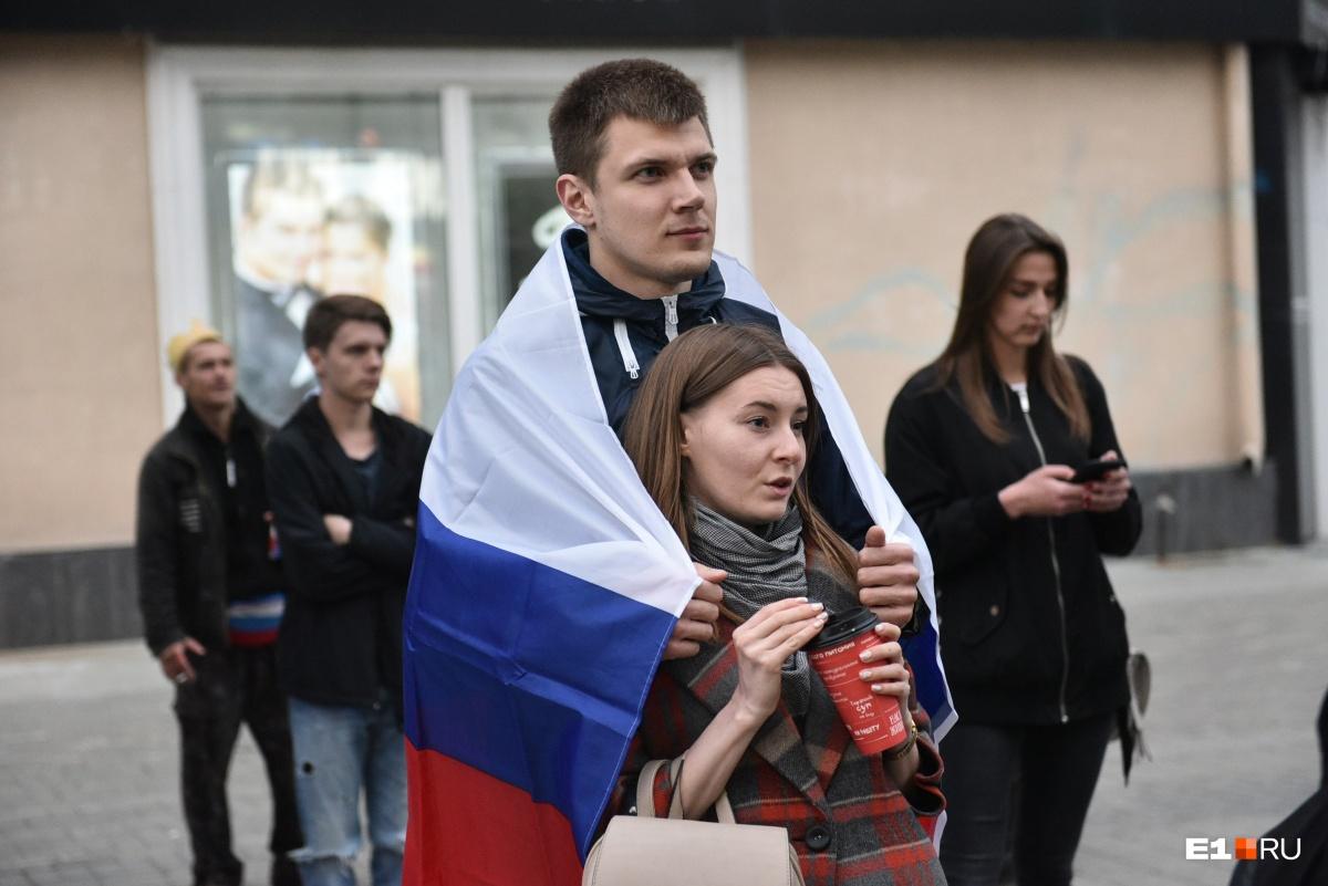 Многие горожане укутывались во флаги