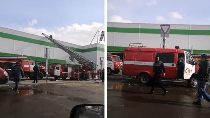 Вывели всех людей, спасатели заходят в здание через крышу: в Ярославле эвакуировали торговый центр