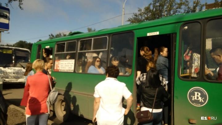 Устроившие забастовку водители маршруток в Екатеринбурге пообещали завтра выйти в рейсы