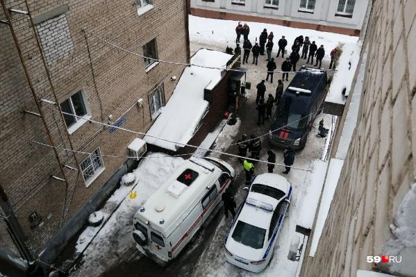 Сейчас на месте ЧП работают пермские следователи, но им на помощь уже едут коллеги из Москвы