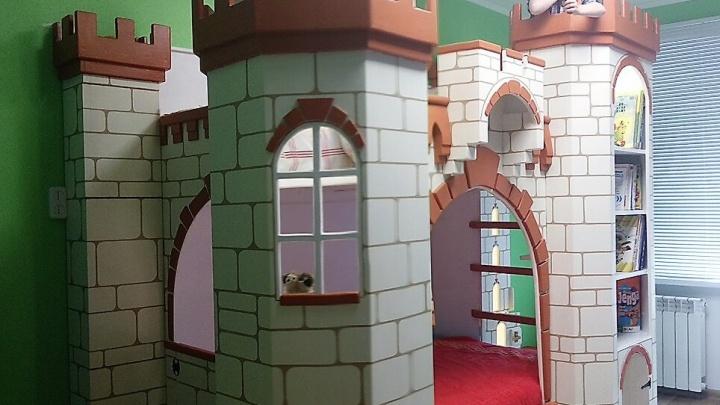 Новосибирец сделал для своих внуков огромный замок с тайниками и лифтом