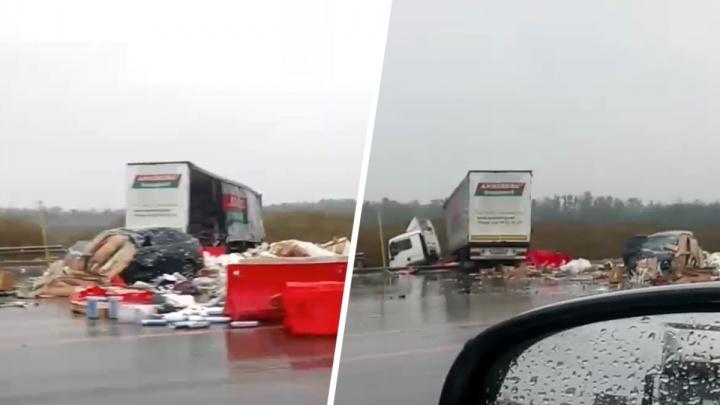 В Аксайском районе грузовик выехал на встречную полосу и столкнулся с «Ладой-Приорой»