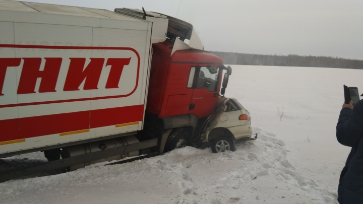 Водитель легковушки погиб в жуткой аварии с фирменной фурой