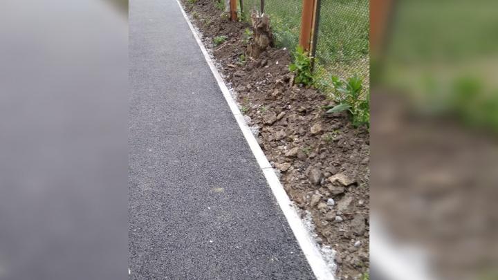 Тротуар между детсадами на ОбьГЭСе вкопали в землю