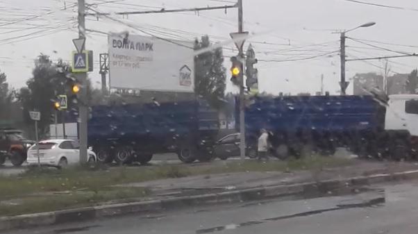 «Встали все — машины и трамваи»: выезд из крупного района Ярославля парализовал светофор
