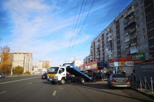 12 октября с новой остановки начали эвакуировать машины<br><br>