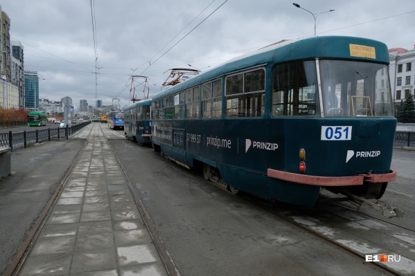 Четыре трамвайных состава проехали по новым рельсам на Макаровском мосту