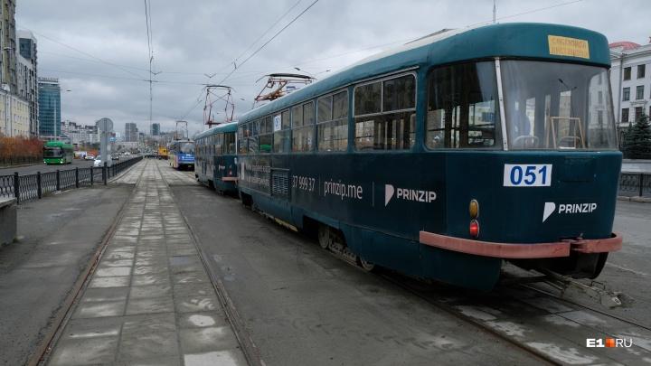 Все готово: инновационные рельсы на Макаровском мосту проверили пустыми трамваями