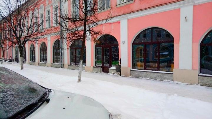 Вместо арки окна: власти потребовали у рестораторов вернуть историческому зданию прежний вид