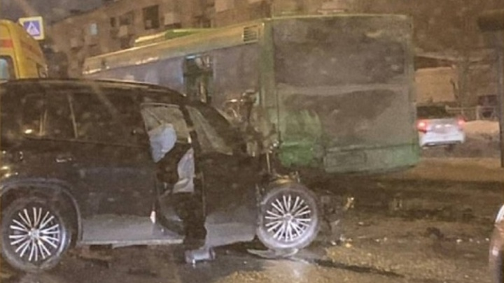 На Чкаловской дамбе в Перми произошло серьезное ДТП:столкнулись автобус и внедорожник