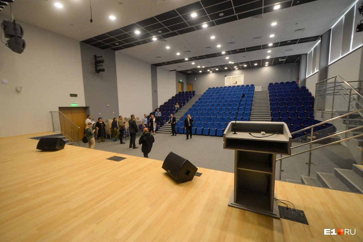Актовый зал тоже оборудован умно: свет можно выключить и шторы на сцене раздвинуть при помощи планшета