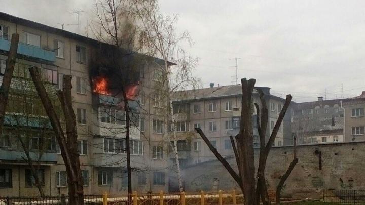 В Кургане загорелся балкон квартиры — жильцов дома не было
