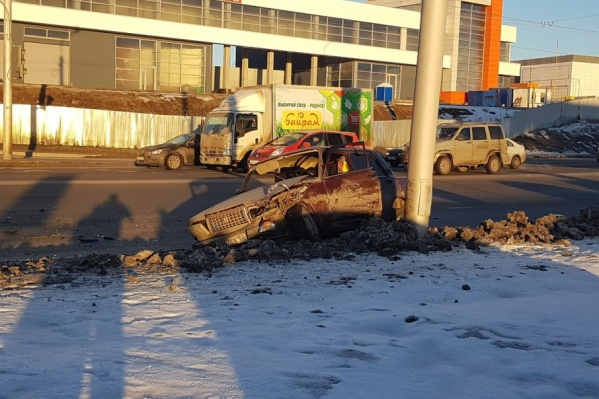 Кузов машины разворотило от удара