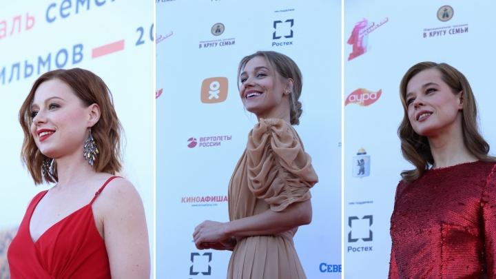 В Ярославль приехали звёзды кино: разглядываем знаменитостей на красной ковровой дорожке