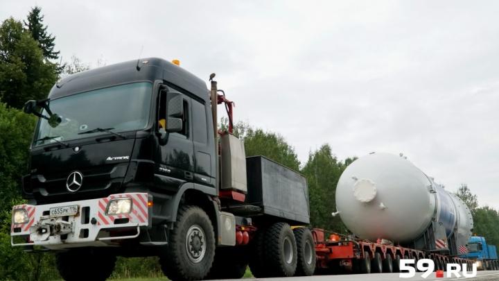 Автопоезд с гигантскими баками сломался на трассе в Пермском крае