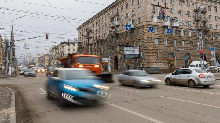 В центре уже стоят пробки: в Волгограде изменили работу светофоров на проклятом перекрестке