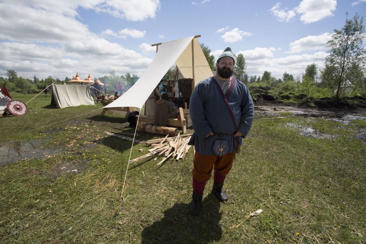 В поле разбили несколько лагерей, демонстрирующих быт людей в разные эпохи