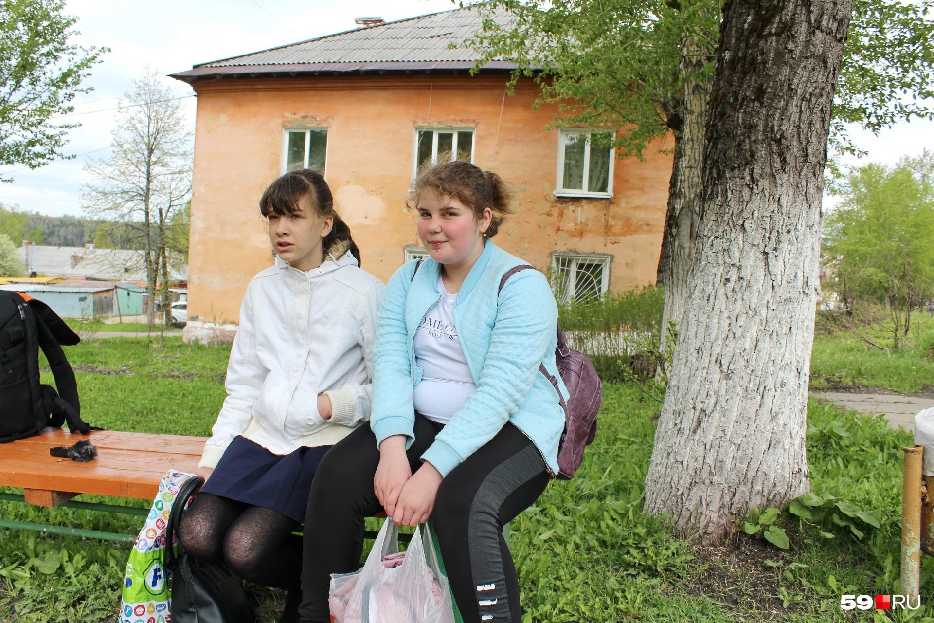Кира (шестой класс, справа) и Карина (пятый класс). Так они представились