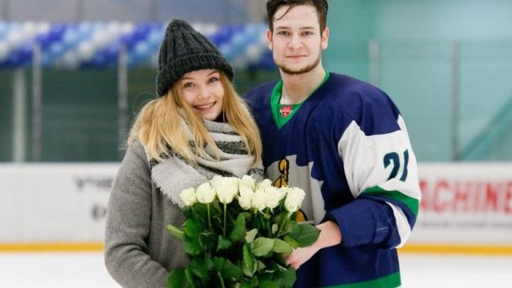 Хоккеист в Нефтекамске сделал предложение возлюбленной прямо во время матча