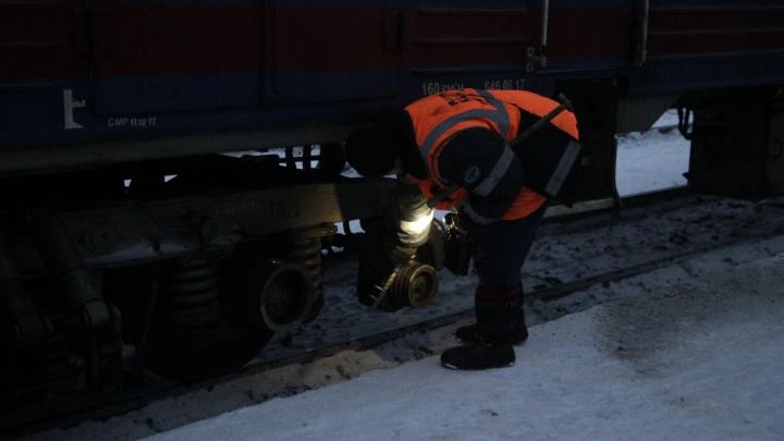 Омич решил сократить путь до поезда и попал под грузовой состав