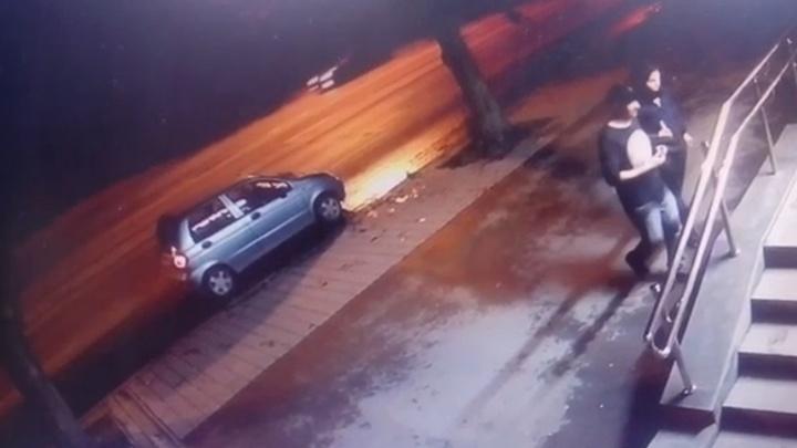 В Екатеринбурге автоворы вскрыли автомобиль на сигнализации, пока хозяева были в магазине