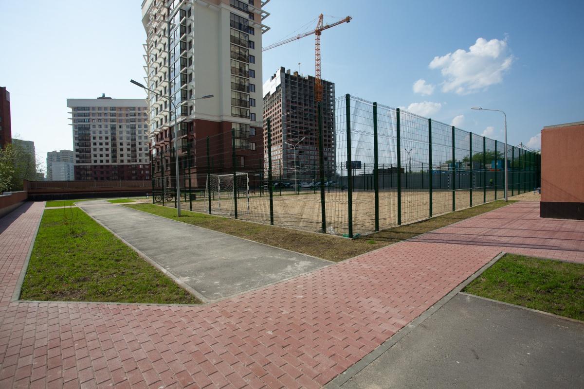 Для занятий спортом естьуличные тренажеры, баскетбольная площадка, поле для мини-футбола и велодорожки