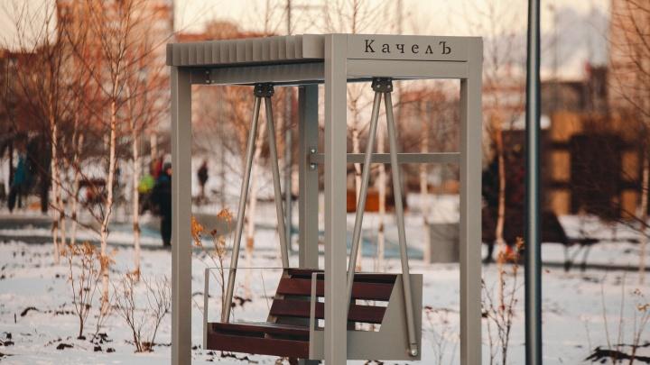 В Затюменском установят три скамейки-качели по цене маленькой квартиры