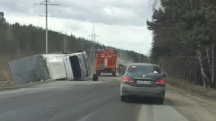 Под Екатеринбургом грузовик опрокинулся на обочину: пострадал полуторагодовалый малыш