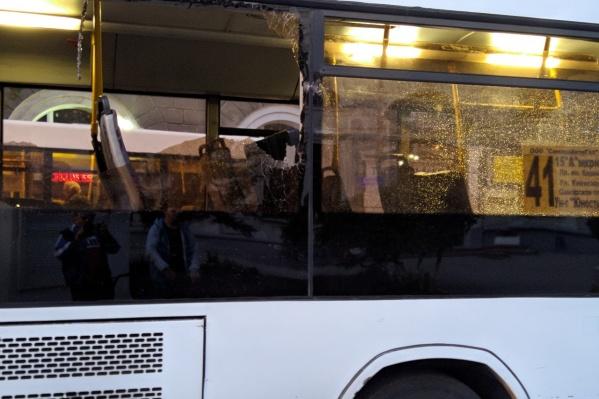 У одного из автобусов выбило стекло