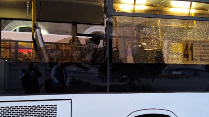 Выбило стекло: на Самарской столкнулись два автобуса с пассажирами