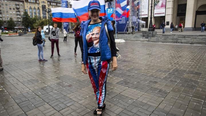 Десятки новосибирцев с триколорами пришли к оперному отмечать День флага