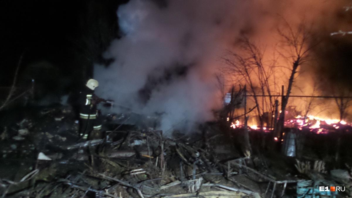 Под Екатеринбургом заночь сгорели три дома всадовых товариществах