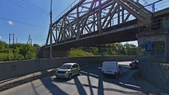 С моста на Тёщином языке на машину рухнула доска