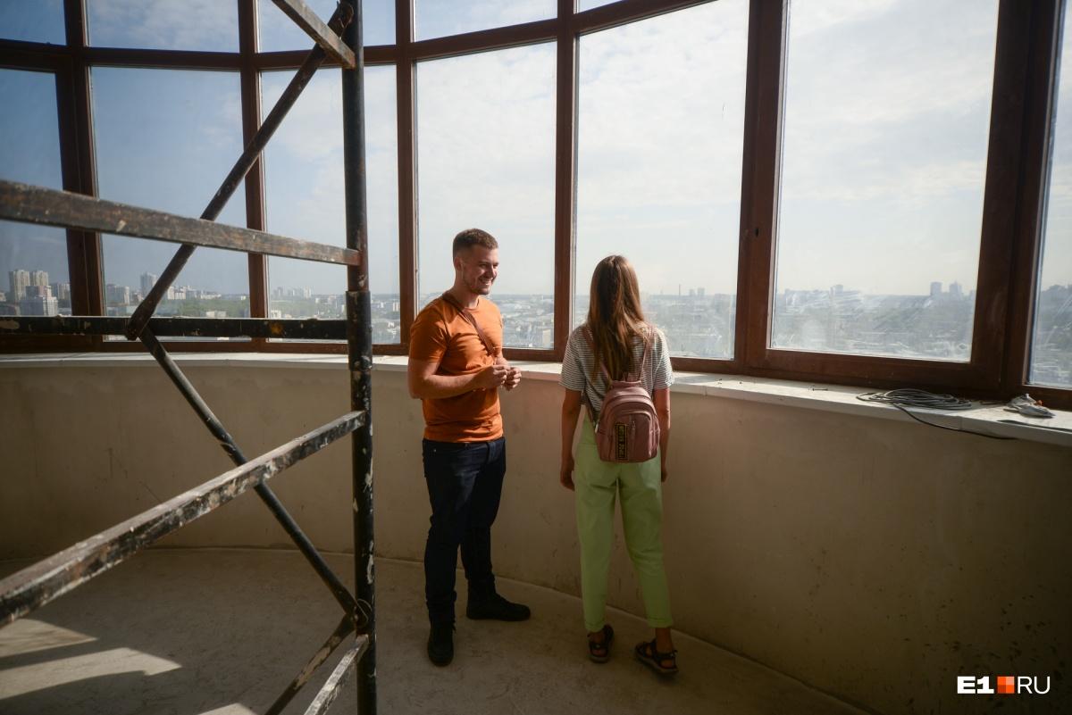 В пентхаусе огромные панорамные окна. Обслуживание квартиры обойдется жильцу примерно в 26 тысяч рублей в месяц. И это не считая платы за воду и электричество