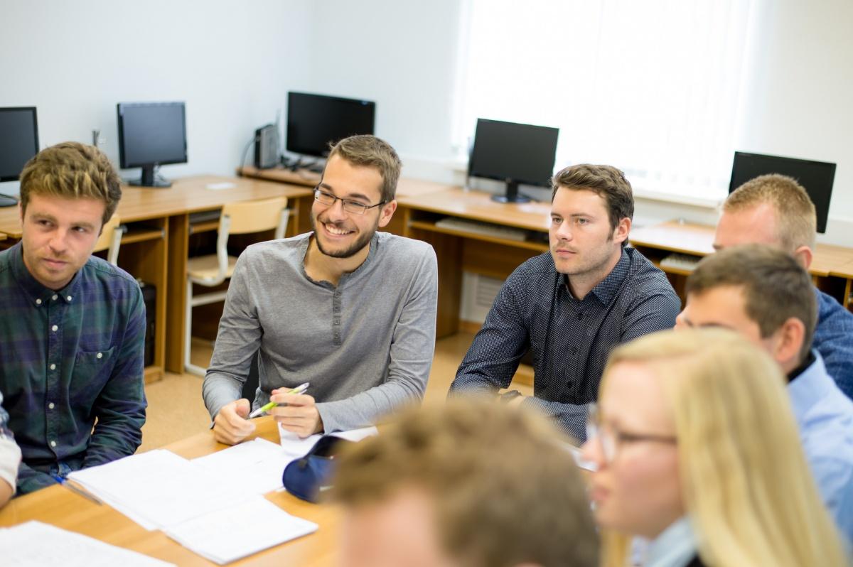 Студенты занимаются английским в группах и самостоятельно