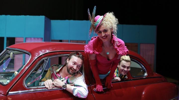 Оперный театр открыл сезон комедией с фривольными костюмами и «Кадиллаком» на сцене