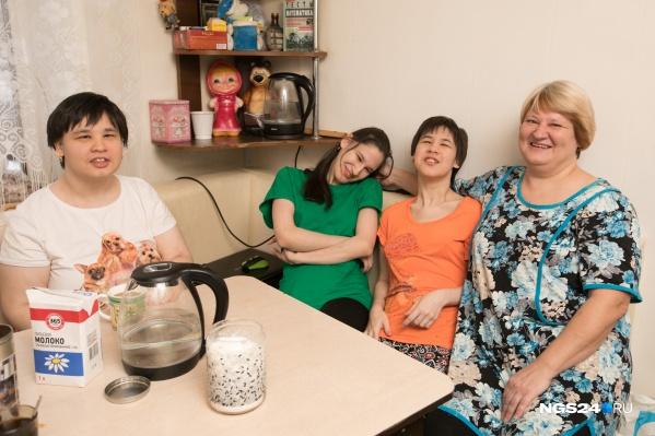 Юлия Гусарова с дочками-тройняшками