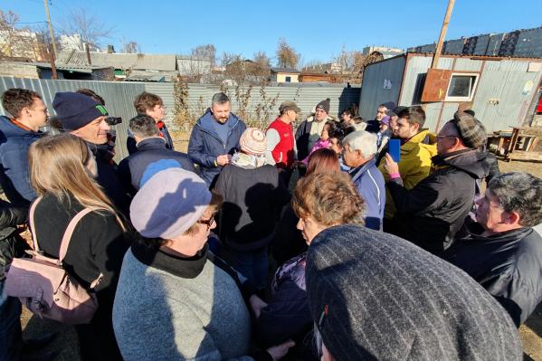 Жители собрались на Братьев Кашириных, чтобы вместе не допустить установки серого забора
