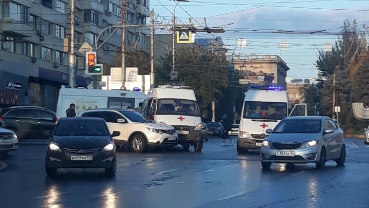 «Летела с сиреной»: в центре Волгограда на перекрестке подбили скорую из Астрахани