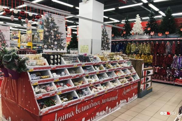 Самарские магазины для новогодних товаров организовали отдельные витрины