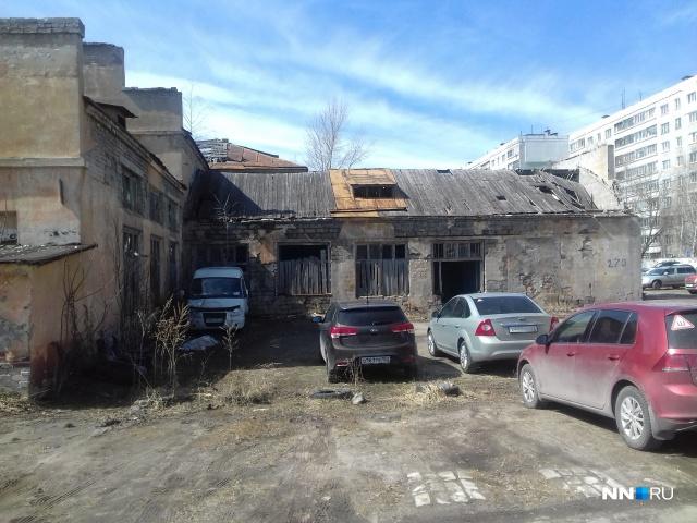 На территории бывшего образовательного учреждения разместилась парковка