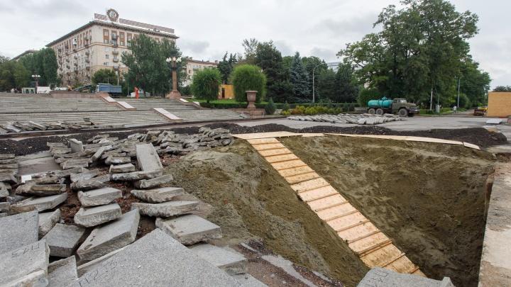 «Три КАМАЗа бутылок вывезли»: рабочие заглянули под лестницы Центральной набережной Волгограда