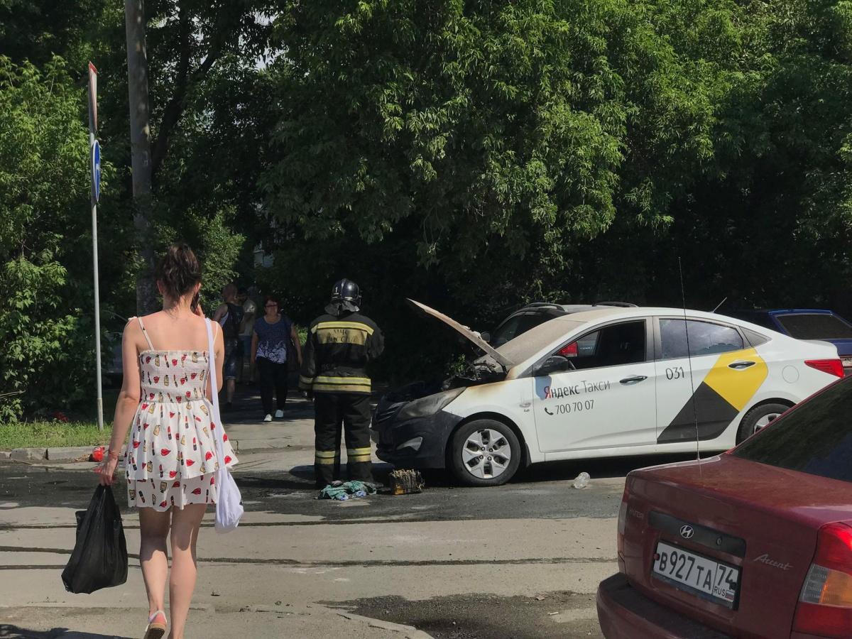 Дым из-под капотаHyundai повалил, когда машина выезжала из двора на улицу Труда