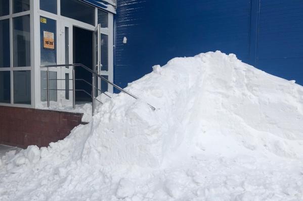 Чтобы забрать сегодня свой заказ из магазина крупной сети бытовой техники RBT в посёлке Садовый, новосибирцу пришлось перелазить через перила