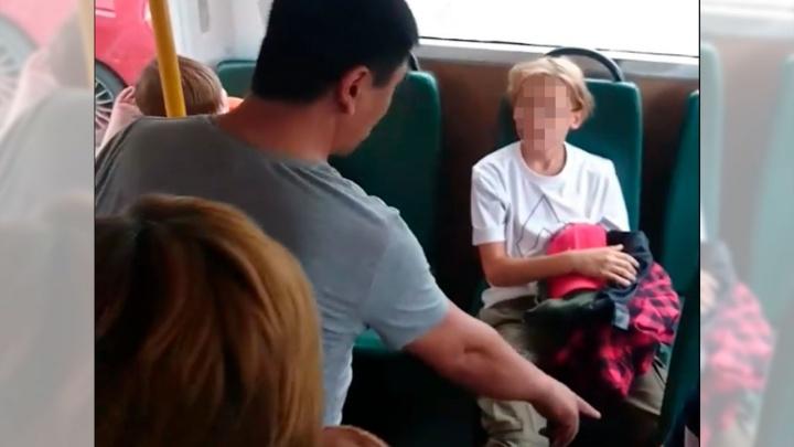 «Убирай это дерьмо!»: в Екатеринбурге водитель накричал на ребенка, которого стошнило в автобусе